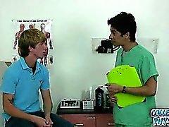 Joli College Boy se fait agressée du médecin de la l'université.