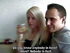 Dronken amateur meisjes bonsde op Hardcore Thuis Party