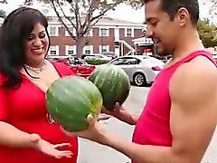 Divertente del porta i suoi grossi di meloni