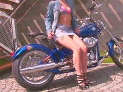 Kuumat moottoripyörän babe-liuskat kameralle