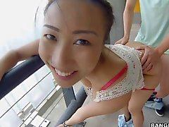 Asian Babe mit riesigen Titten in der Garage gefickt