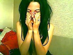 Gorgeous dark-haired Babe freut sich, während in ihrem fi
