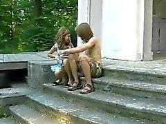 Porra jovem casal ao ar livre