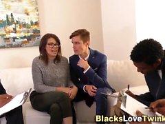 Weißer Mann nimmt schwarzen Stab