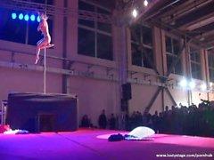 Потрясающие блондинки дает максимальную Pole Dance шоу никогда