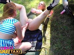 Taxi Faux femme lesbiennes sauvages partagent un godemiché massif
