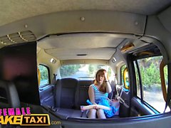 Mujer de taxi falso lesbianas salvajes comparten un enorme consolador