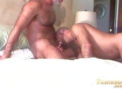 Sexy Trick Daddies Allen Silber und Adam Russo Ficken einander im Bett