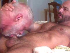 Sexy Trick Daddies Allen Silver y Adam Russo mierda unos a otros en la cama