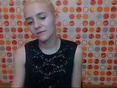 Blonde fetichiste blonde aime jouer en solo avec un vibreur