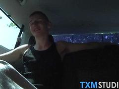 Tre twinkies gör hardcore anal fucking i en liten bil