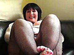 dame potelée Mature pleasuring sa chatte humide sur le canapé