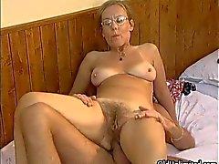 Orgazm olan olgun ev hanımı