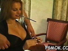 slut sexy in calze a rete prende in giro, mentre il fumo