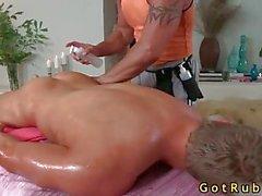 Sevimli adam masaj alır