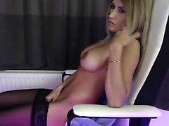 Busty Blue eyed babe montre ses gros seins ronds sur webcam