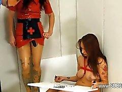 Sexo sumiso de BDSM con la puta del culo