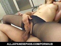 Misaki Inaba señora atractiva asiática de la oficina da la estimulación polla con sus pies