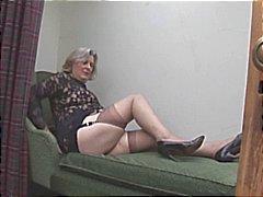 Busty mummon sukkia osoittaa pois pullea cameltoe ja karvainen pillua
