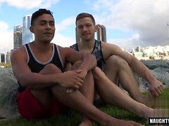 Infradito latino gay con sborrata