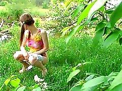 Huuuuge groente in meisje beffen in het gras
