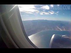 Flickvän suger balle i ett flygplan på