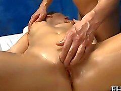 Éveiller les poussins des désirs vigoureuses satisfont par un masseur