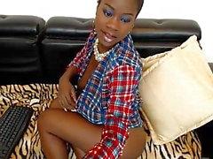 Ebony Jessy yrittää piilottaa hänen isot tissit ja pillua udner paita