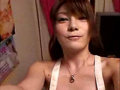 Superbe jeune fille japonaise avec de grands seins merveilleux fait herse