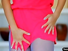 Sexy teen devient son chat doux se frotta fort
