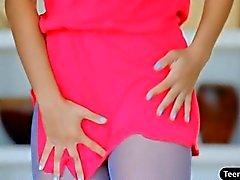 Sexy adolescente recupera su coño dulce frota difícil