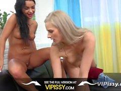 VIPissy - Roliga pissande lesbiska stänk om i sina gyllene juice