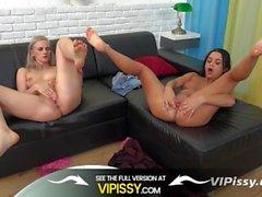 VIPissy - Eğlenceli pissing lezbiyenleri altın suları içinde sıçrar