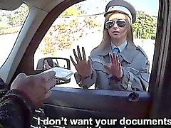 Grosse titted Offiziers nimmt eine Straßenrand Geschlechts