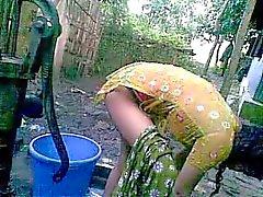 Banglan desi häpeämättömästi kylästä serkku - Nupur Bathing ulkoilu