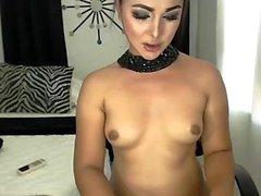 Petits seins en solo Tranny posant seul