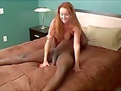 Зрелая женщина играет с БиБиСи ... F70