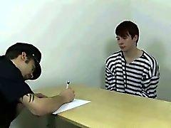 Poliisi tarjoaa seksikäs nuori vangin Analyysi tarkastelu