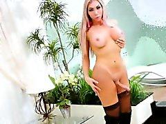 Große Beute blonde Shemale masturbiert ihre riesigen Schwanz