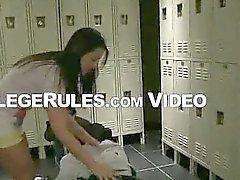 Brunette uni Baby saugt Hahn in der Umkleide