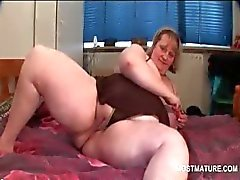 BBW turned on mature shoving vibrator in her cunt