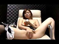 Schöne japanische Mädchen sendet ihr Lieblingsspielzeug gefallen ihr n