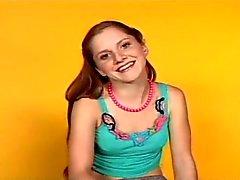 Emma slank met kleine tieten in de porno