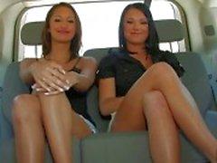 Drie geweldige lesbische meiden chatten en knipperende tieten in de auto