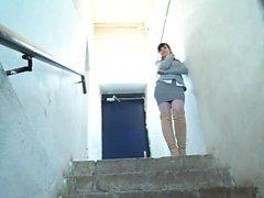 La desnuda Jeny Smith se escabulle en los pasillos perdidos