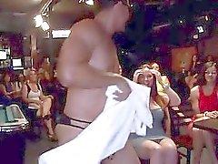 Schlong a chupar com pintainhos o público luxuriantes