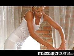 Polla rubia de los masajes adolescencia del cliente con el coño