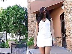 Madelin hete amateur brunette met lange haren speelde kut op bed en poseren naakt voor spiegel