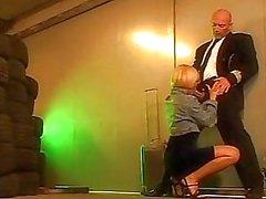 Stewardess is op haar knieën voor hete blowjob