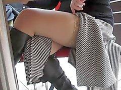 Que destella calcetines en el café públicas